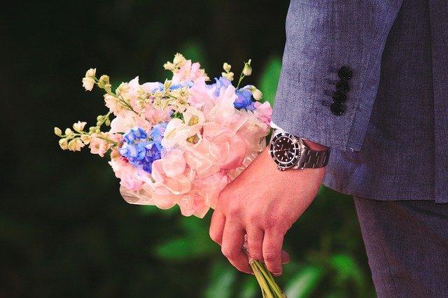 男性が花束を持っている画像