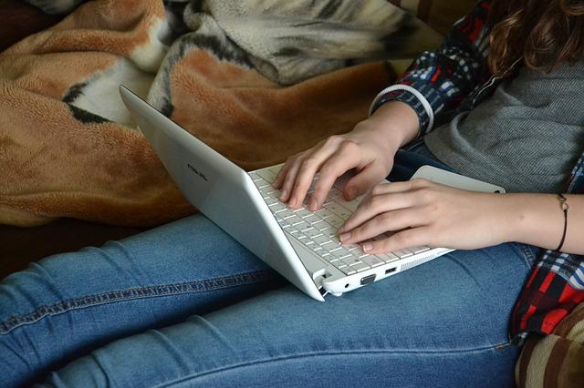 パソコンを見る女性