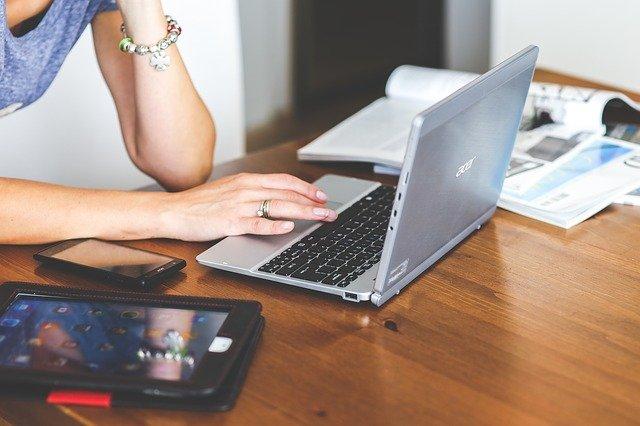 パソコンを眺める女性の画像