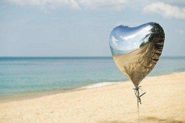 砂浜に風船の画像