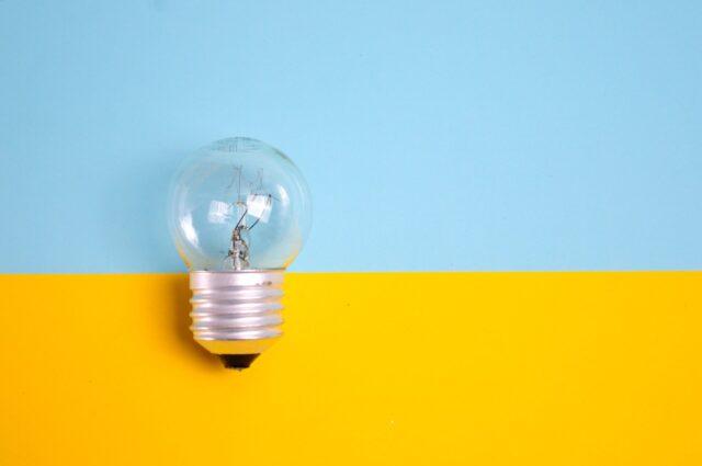 電球と2色の背景