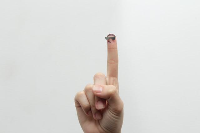 指を一本立てている手