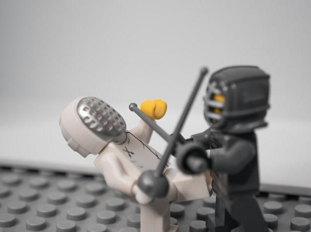 戦うレゴ人形