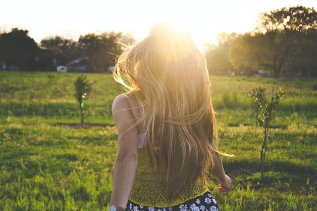 太陽に向かって走る女性